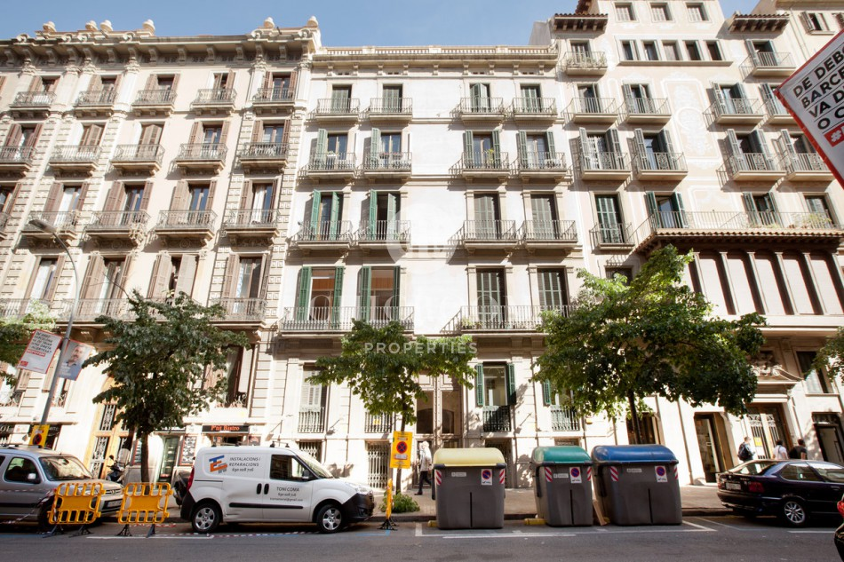 Furnished 4 bedroom apartment located in the heart of Barcelona's Eixample district