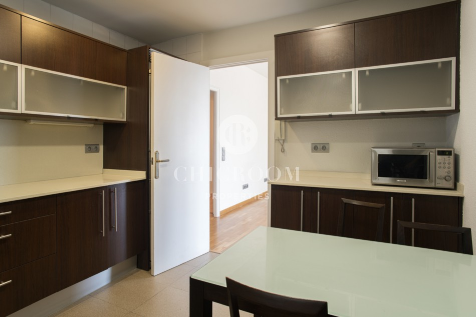 Unfurnished 3-bedroom apartment for rent in Barcelona centre